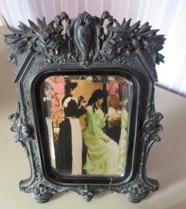 la couverture de 27 rue de la Bienfaisance se reflétant dans le miroir de mon arrière rand mère